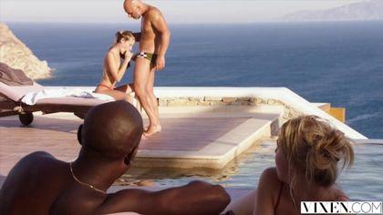 Муж на море жестко пихает член в анус стройной жены