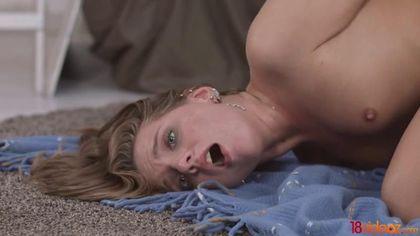 Девка в лосинах на полу спальни сосет хер и дает любимому в зад
