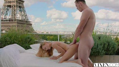 Жених сделал предложение подруге в Париже и выебал на веранде отеля в пердак