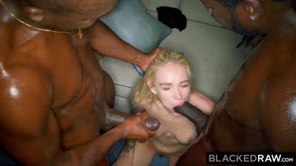 Два чернокожих парня соблазнили на анальный секс белую подругу